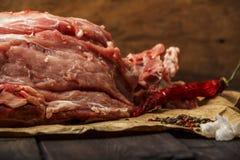 Świeżej wieprzowiny surowy mięso na papierze z pikantność na ciemnym drewnianym stole Kawałek wieprzowiny mięsa zakończenie Mięso Obraz Stock