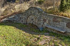 Świeżej wody wytryśnięcie od starej fontanny w Bałkańskiej górze zdjęcie royalty free