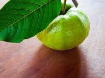 Świeżość liść na drewnianej desce i guava fotografia stock