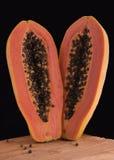 Świeżość melonowa owoc na drewnianej desce czarnym tle i zdjęcia royalty free