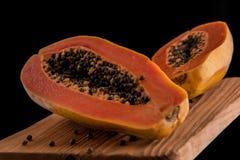 Świeżość melonowa owoc na drewnianej nieociosanej desce czarnym tle i obrazy royalty free
