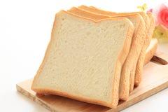 Świeżość pokrajać chleb na drewnianej desce dla śniadania zdjęcia royalty free