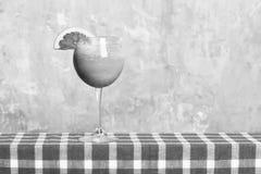 Świeżość tropikalny koktajl z alkoholiczka strzałem obrazy stock