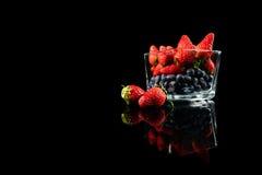 Świeżość truskawki i czarne jagody Obrazy Stock