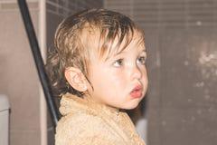 Świeżo brać prysznić mała dziewczynka zdjęcia royalty free