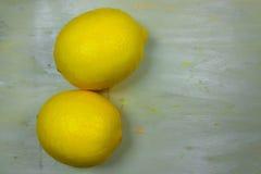 Świeżo cytryny na nieociosanych deskach Obraz Stock