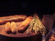Świeżo domowej roboty piec tradycyjny chleb na drewnianym stole Fotografia Stock