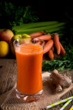 Świeżo gniosący marchwiany sok Zdjęcie Royalty Free