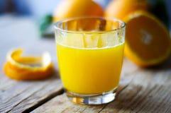 Świeżo gniosący sok pomarańczowy na stole Fotografia Stock