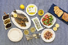 Świeżo gotować owoce morza piec na grillu dennego leszcza ryba, ośmiornica w octu kumberlandzie, sardynki w oliwa z oliwek i warz Zdjęcia Royalty Free