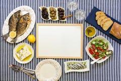 Świeżo gotować owoce morza piec na grillu dennego leszcza ryba, sardynki w oliwa z oliwek i warzywo sałatka, oliwki, feta ser, ch Obrazy Stock