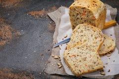 Świeżo gotujący chleb, cięcie w plasterki z lnem Fotografia Royalty Free