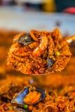 Świeżo gotujący paella ryż i owoce morza naczynie obraz stock