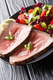 Świeżo gotujący rzadki wołowina stek z świeżego warzywa sałatki zakończeniem zdjęcie royalty free