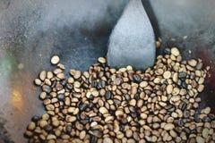 Świeżo mleć piec kawowe fasole w niecce obraz royalty free
