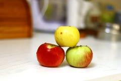Świeżo myjący jabłka w kuchni odizolowywali strzał na świetle dziennym 1 obrazy stock