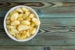 Świeżo obrani aromatyczni czosnków cloves w ramekin obraz stock