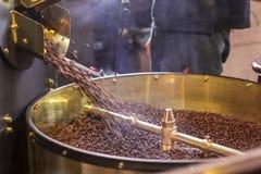 Świeżo piec aromatyczne kawowe fasole w nowożytnej kawowej prażak maszynie obraz stock