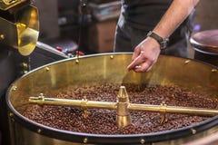 Świeżo piec aromatyczne kawowe fasole w nowożytnej kawowej prażak maszynie obrazy royalty free