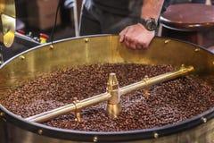 Świeżo piec aromatyczne kawowe fasole w nowożytnej kawowej prażak maszynie zdjęcie royalty free