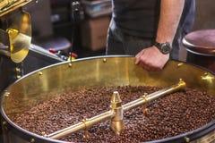 Świeżo piec aromatyczne kawowe fasole w nowożytnej kawowej prażak maszynie zdjęcia stock