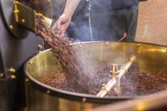 Świeżo piec aromatyczne kawowe fasole w nowożytnej kawowej prażak maszynie obrazy stock