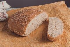 Świeżo piec bochenek wholemeal chleb z otręby na pieczenie papierze obrazy royalty free