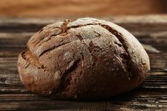 Świeżo piec chleb na brown drewnianym tle Obrazy Royalty Free