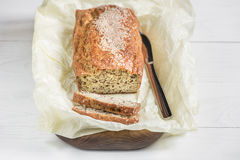 Świeżo piec chleb na drewnianej desce na lekkim tle, kni Zdjęcia Royalty Free