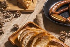 Świeżo piec chleb na drewnianym stole od odgórnego widoku zdjęcia royalty free