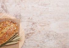 Świeżo piec chleb z owsami na drewnianej desce Zdjęcie Royalty Free