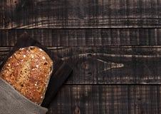 Świeżo piec chleb z owsami na drewnianej desce Obraz Stock