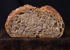 Świeżo piec chleb z owsami na drewnianej desce Obrazy Stock