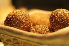 Świeżo piec chlebowi bochenki na burlap tła tekstury ciemnego drewnianego zbliżenia piekarni włoskich produktach Obraz Stock