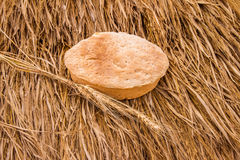 Świeżo piec chlebowi i pszeniczni spikelets na haystack Fotografia Royalty Free