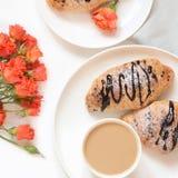 Świeżo piec czekoladowa filiżanka kawy na bielu i croissants Odgórny widok Żeński wiosny śniadania pojęcie kosmos kopii obraz stock