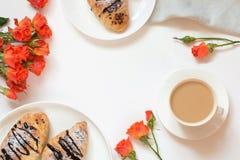 Świeżo piec czekoladowa filiżanka kawy na bielu i croissants Odgórny widok Żeński wiosny śniadania pojęcie kosmos kopii fotografia stock