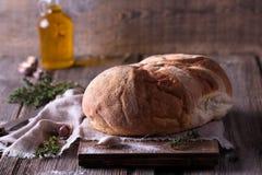 Świeżo piec domowej roboty chleb na drewnianej tnącej desce Zdjęcie Royalty Free