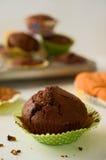 Świeżo piec domowej roboty czekoladowa słodka bułeczka babeczka w zielonym papierze c Zdjęcie Royalty Free
