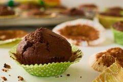 Świeżo piec domowej roboty czekoladowa słodka bułeczka babeczka w zielonym papierze c Zdjęcia Royalty Free