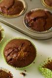 Świeżo piec domowej roboty czekoladowego układu scalonego muffins na bielu stole Obrazy Royalty Free