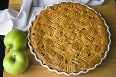 Świeżo piec domowej roboty jabłczany kulebiak, para zieleni jabłka obrazy royalty free