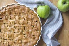 Świeżo piec domowej roboty jabłczany kulebiak, para zieleni jabłka zdjęcia stock