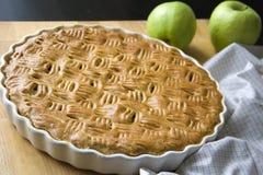 Świeżo piec domowej roboty jabłczany kulebiak, para zieleni jabłka zdjęcie stock