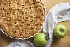 Świeżo piec domowej roboty jabłczany kulebiak, para zieleni jabłka zdjęcie royalty free