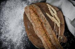 Świeżo piec domowej roboty tradycyjny chleb na nieociosanym drewnianym stole obrazy stock