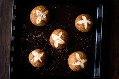 Świeżo Piec Gorący Przecinającej babeczki chleb z sezamami, Simit rolką/ zdjęcie stock