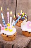 Świeżo piec muffins na drewnianym stole Zdjęcie Stock