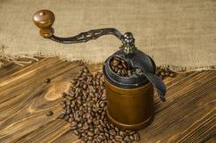 Świeżo piec na grillu kawa i ręka ostrzarz Obraz Royalty Free