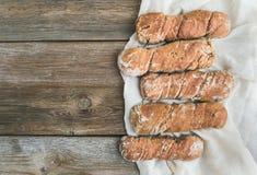 Świeżo piec nieociosany wioska chleb ustawiający na szorstkim zaleca się (baguettes) zdjęcia stock